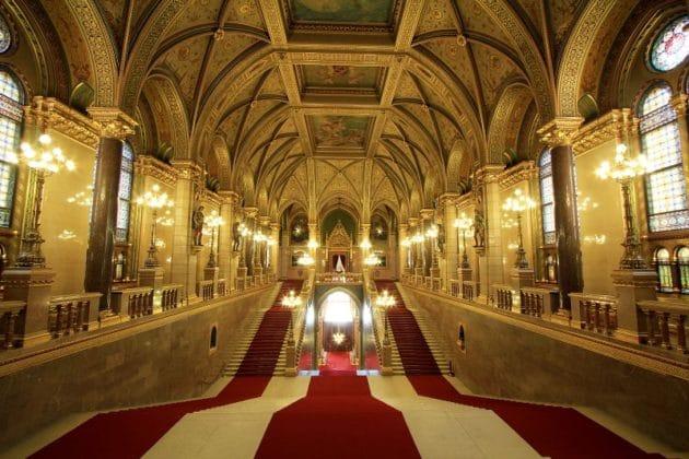 escalier principal parlement de Budapest