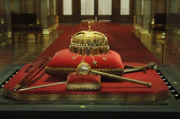 couronne de parlement de budapest