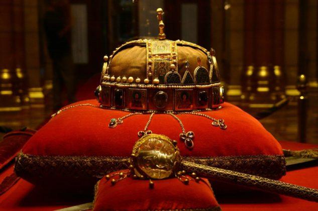 couronne au parlement de Budapest