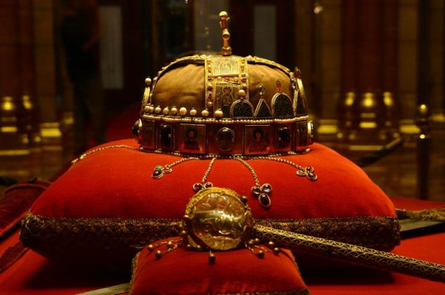 couronne au parlement hongrois